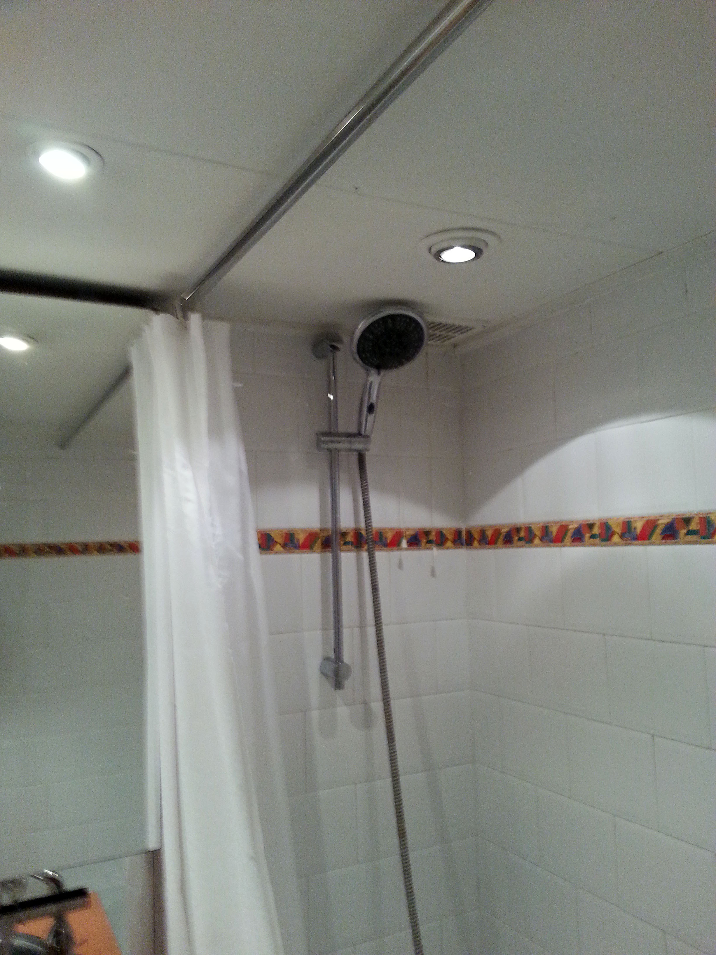 Kleine badkamer grote tegels - BeterBert klusbedrijf